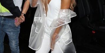 Η Αριάνα Γκράντε με total white σύνολο σε εμφάνισή της στο Λονδίνο. Ποιος χρειάζεται ομπρέλα όταν μπορεί να φορέσει αυτό το διάφανο αδιάβροχο;