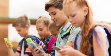 Παιδιά με κινητά τηλέφωνα