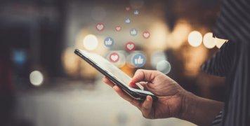 χέρι γυναίκας, smartphone, likes
