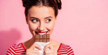 γυναίκα, σοκολάτα, πονηρό χαμόγελο