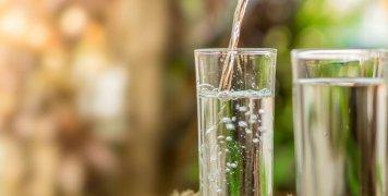 ποτήρια με νερό