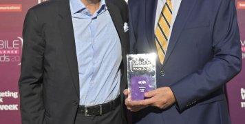 Μάρκος Φραγκουλόπουλος, Corporate Marketing Leader και Γιώργος Ντόντος, στέλεχος του τομέα ασφαλίσεων Υγείας, κατά την παραλαβή του βραβείου για το Medi ON.