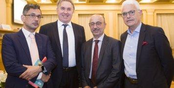 Ο καθηγητής Ν. Δ. Φίλιππας με τον διευθύνοντα σύμβουλο της INTERAMERICAN, Γ. Καντώρο και τα στελέχη της εταιρείας Μ. Φραγκουλόπουλο, αναπλ. γενικό διευθυντή πωλήσεων και marketing και Γ. Ρούντο, διευθυντή εταιρικών υποθέσεων.
