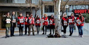 Οι εθελοντές εργαζόμενοι της INTERAMERICAN με το γιλέκο του πωλητή και το περιοδικό «σχεδία» στα χέρια τους, στον σταθμό ΦΙΞ του μετρό (φωτογραφία: Γιάννης Ζινδριλής).