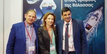 Βαγγέλης Βερνάρδος, Non Motor Business Line Manager, Αγγελική Μαραγκάκη, υποδιευθύντρια ασφάλισης πλοίων και σκαφών αναψυχής, μεταφορών και πληρωμάτων και Μάριος Μοσχονάς, διευθυντής δικτύου πωλήσεων συνεργαζομένων Πρακτόρων και Μεσιτών, στο περίπτερο της