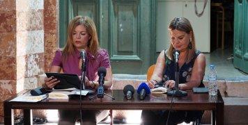 """Η προϊσταμένη της Βιβλιοθήκης """"Κοραή"""", Άννα Χαζίρη με την κα Μαντόγλου"""