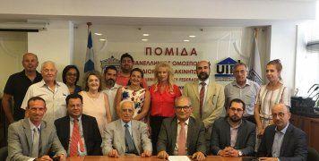 Τα μέλη του Δ.Σ. της ΠΟΜΙΔΑ με επικεφαλής τον πρόεδρο της Ομοσπονδίας Στράτο Παραδιά, με τον συνεργάτη Νίκο Κεχαγιάογλου του μεσιτικού γραφείου ασφαλίσεων Κ-2, που είναι υπεύθυνο για την ανάπτυξη του προγράμματος και τους Γιάννη Ρούντο, διευθυντή εταιρικώ