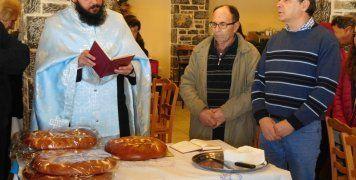 Ο Ιερέας του χωριού και ο Πρόεδρος του Συλλόγου Μιλτιάδης Ρουσσάκης με τον Γραμματέα Γιάννη Αντωνάκη