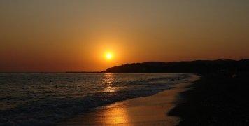 Τα χρώματα του ηλιοβασιλέματος στην παραλία του Μανάγρου είναι χάρμα ιδέσθαι